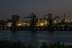 Kranar och ljus i hamnen av Rotterdam, Nederländerna royaltyfria bilder