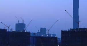 Kranar på byggnaden på under-konstruktionen i Ariake Tokyo på skymning stock video