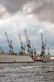 Kranar på en sväva skeppsdocka hamburg Royaltyfria Bilder