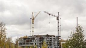 Kranar på konstruktionsplats av byggnad Fotografering för Bildbyråer