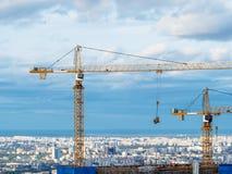 Kranar på konstruktionsplats av höghus fotografering för bildbyråer