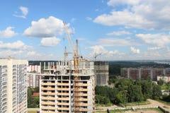 Kranar på konstruktionsplatser med bostads- byggnader Royaltyfria Foton