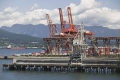 Kranar på Pier Of Vancouver Harbour British Columbia arkivfoton