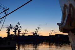 Kranar på skeppsdockorna i solnedgång Royaltyfria Foton