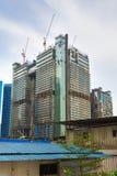 kranar på skyskrapakonstruktionsplatsen royaltyfri illustrationer