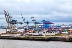 Kranar som är klara för att ladda last, Hamburg Arkivfoto