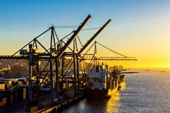 Kranar som arbetar på lastfartyg Royaltyfria Bilder