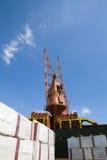 Kranar som laddar fraktbåten med last arkivfoton