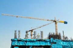 Kranarbete i konstruktionsplats Arkivbild