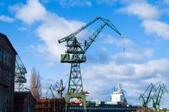 Kranarna i skeppsvarv Royaltyfri Bild