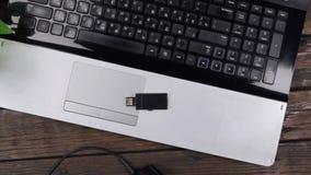 Kranaufzug, Schreibtischarbeitstabelle der Draufsicht moderne hölzerne mit usb-Flash-Speicher und Laptop stock footage