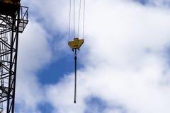 Kranbeståndsdel blå sky för bakgrund Konstruktions- och rekonstruktionbegrepp Arkivfoton