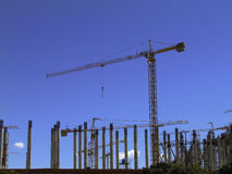 Kranbetrieb in einer Baustelle. Lizenzfreies Stockfoto