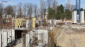 Kranen bär konstruktionsmaterial på konstruktionsplats stock video