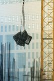 Kranen bär metallramen på konstruktionsplatsen Royaltyfri Bild