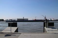 Kranen bij de bedrijven bij rivieroever van rivier Noord tussen Krimpen en Dordrecht royalty-vrije stock afbeeldingen