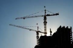 Kranen bij de hoge bouw Royalty-vrije Stock Afbeeldingen