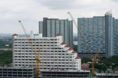 Kranen bij een bouwwerf woningbouw met meerdere verdiepingen Stock Afbeeldingen