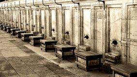 Kranen buiten Moskee voor rituele reiniging Stock Fotografie