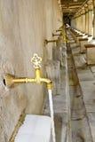 Kranen buiten Moskee voor rituele reiniging Stock Foto