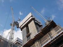 Kranen die aan een grote moderne concrete bouwwerf werken royalty-vrije stock foto's