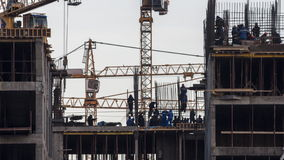Kranen die bij de bouw van de woonwijk in formerindustrialstreekwerken stock videobeelden