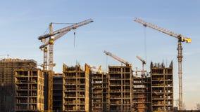Kranen die bij de bouw van de woonwijk in formerindustrialstreekwerken stock video