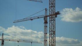 Kranen die bij de bouw van de woonwijk in vroegere industriezone werken stock footage