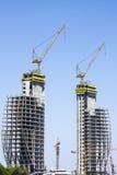 Kranen die bouwwerkzaamheid vervaardigen Stock Foto's