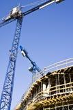Kranen en bouwconstructie Stock Afbeeldingen
