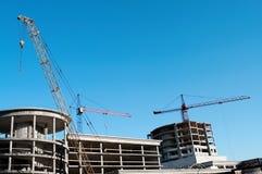 Kranen en bouwconstructie Stock Foto's