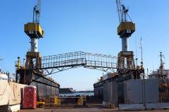 Kranen en een speciale structuur in scheepswerf Royalty-vrije Stock Foto's