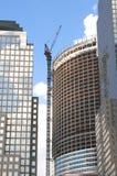 Kranen en gebouwen op de achtergrond van de wolkenhemel Royalty-vrije Stock Afbeeldingen