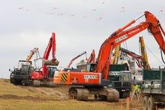 Kranen en vervoerders op een bouwwerf Stock Afbeelding