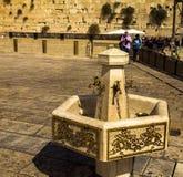 Kranen met water en speciale rituele koppen voor de Westelijke Muur van washanden Jeruzalem Israël Stock Foto