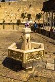 Kranen met water en speciale rituele koppen voor de Westelijke Muur van washanden Jeruzalem Israël Stock Foto's