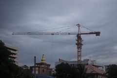 Kranen op de bouwwerf van het Stadspaleis in Thailand stock foto