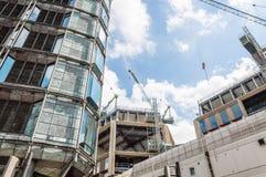 Kranen op een gebouw in aanbouw Royalty-vrije Stock Afbeeldingen