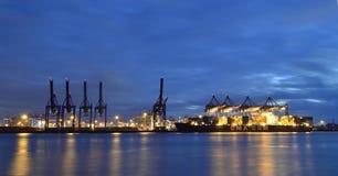 Kranen op het werk in de haven van Hamburg, Duitsland Stock Foto