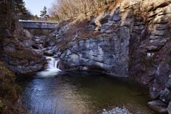 Kranen på vaktpost sörjer bron Royaltyfria Foton