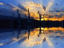 Kranen in Sestao met de stralen van de zonsondergangzon Royalty-vrije Stock Foto's