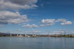 Kranen van de scheepswerf van Drobeta Turnu Severin Romania die uit de overkant van de Donau wordt genomen stock foto's