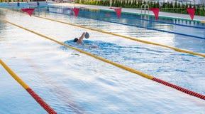 Kranevo盆地的单独训练游泳者在保加利亚 库存照片