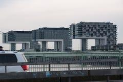 Kranhaus L-formiga tornkvarter i Cologne, Tyskland som förbiser Rhen royaltyfria foton