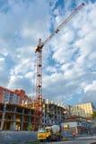 KranHochbau mit Hintergrund des blauen Himmels lizenzfreies stockfoto