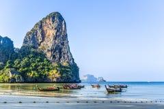 Krani, Tailândia, o 11 de março de 2016: Barcos em uma praia de Railey em Krab Fotografia de Stock