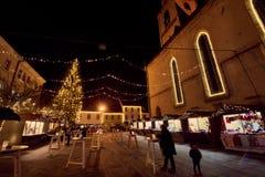 KRANJ, ESLOVENIA - 7 DE DICIEMBRE DE 2016: Iluminación de la decoración de la Navidad en Kranj Imágenes de archivo libres de regalías