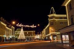 KRANJ, ESLOVENIA - 7 DE DICIEMBRE DE 2016: Iluminación de la decoración de la Navidad en Kranj Imagen de archivo