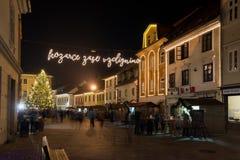 KRANJ, ESLOVENIA - 29 DE DICIEMBRE DE 2015: Noche romántica de diciembre del advenimiento con la iluminación de la decoración de  Fotos de archivo libres de regalías