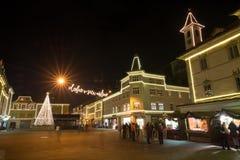 KRANJ SLOVENIEN - DECEMBER 29, 2015: Romantisk adventDecember natt med julgarneringbelysning i Kranj Julgran nolla royaltyfri fotografi